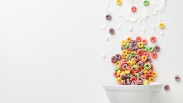 Tigela de cereal de close-up com espaço de cópia