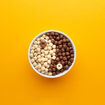 Tigela de cereal saboroso com configuração plana