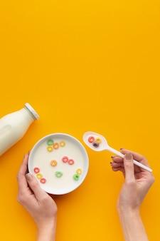 Tigela de cereal saboroso vista superior com leite