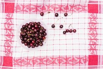 Tigela, de, cerejas vermelhas, ligado, guardanapo