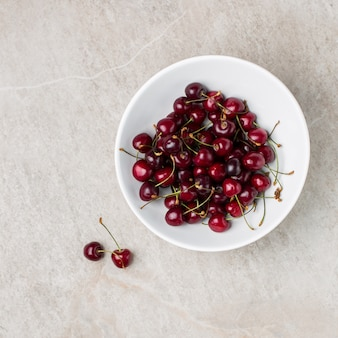 Tigela de cerejas vermelhas