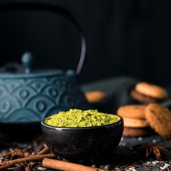 Tigela de chá verde em pó vista frontal