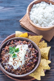 Tigela de chili com carne com arroz branco