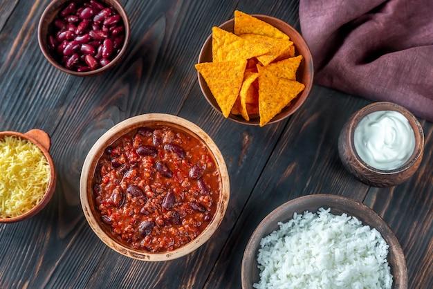 Tigela de chili com carne com os ingredientes