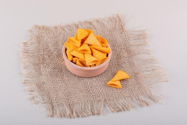 Tigela de chips crocantes de triângulo colocada no fundo de mármore. foto de alta qualidade