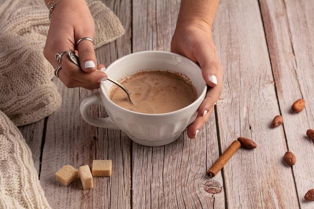 Tigela de chocolate quente pela manhã em uma mesa de madeira