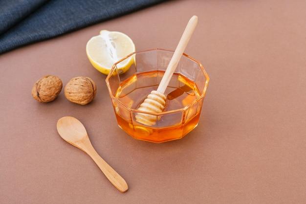 Tigela de close-up cheia de mel saboroso