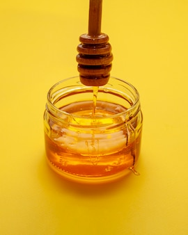 Tigela de close-up cheia de mel