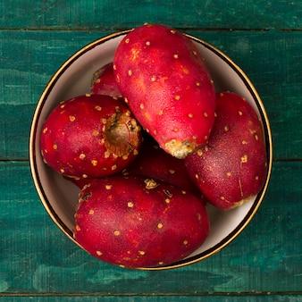 Tigela de close-up com frutas de cacto