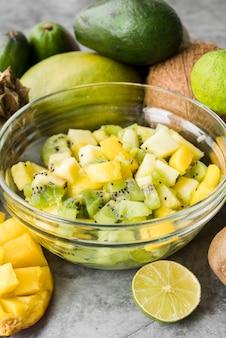 Tigela de close-up com frutas exóticas em cima da mesa