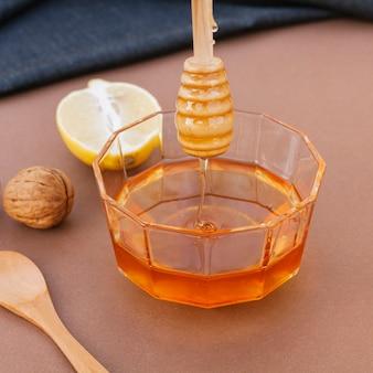 Tigela de close-up com mel orgânico