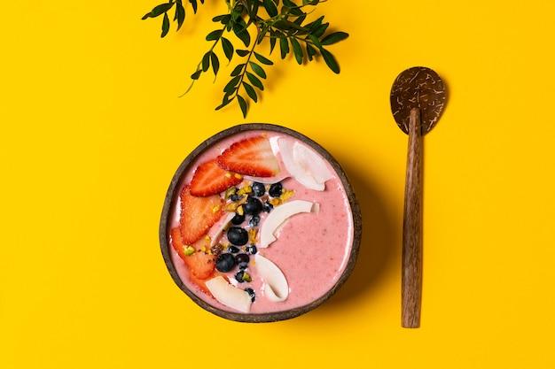Tigela de coco com smoothie de frutas