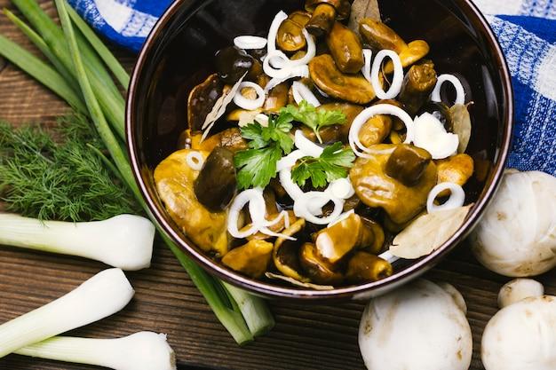 Tigela de cogumelos cozidos e cebolas