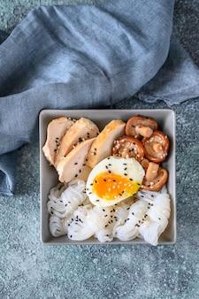 Tigela de comida asiática com konnyaku