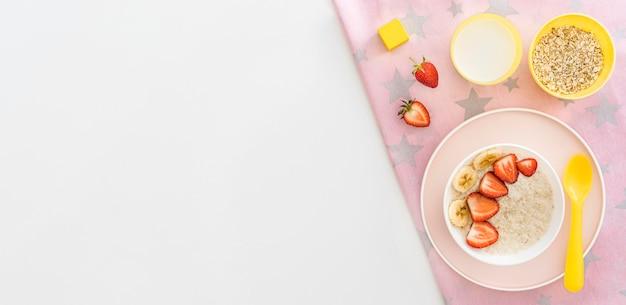 Tigela de cópia-espaço com cereais e frutas