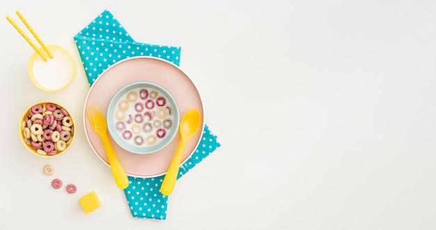 Tigela de cópia-espaço com leite e cereais