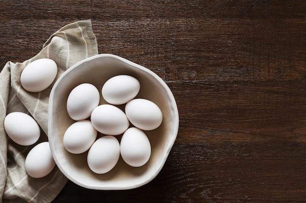 Tigela de cópia-espaço com ovos