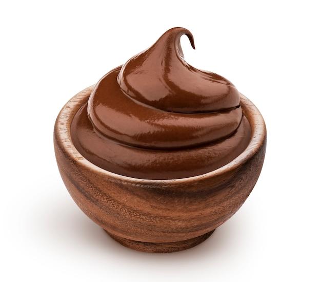 Tigela de creme de chocolate isolado no branco
