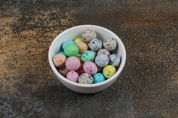Tigela de doces coloridos em mármore.