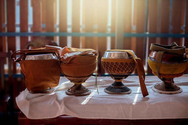 Tigela de esmolas de monge em cima da mesa com iluminação.