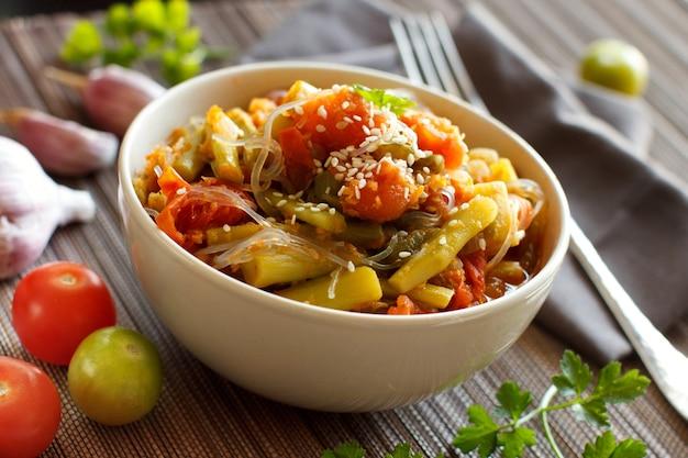 Tigela de espaguete de arroz com legumes close-up