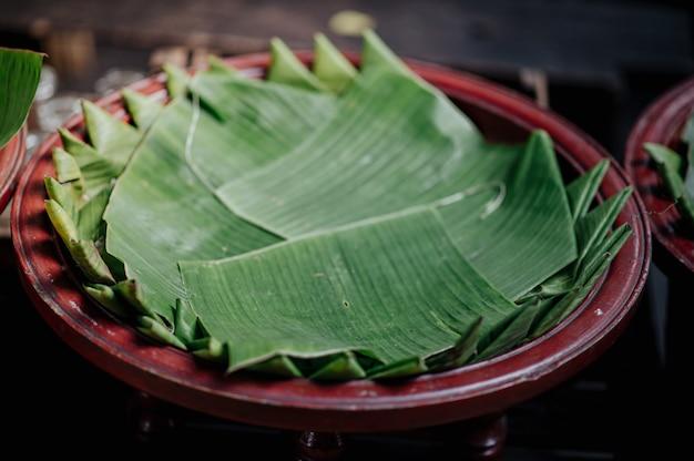Tigela de estilo lanna com folhas de bananeira decorativas