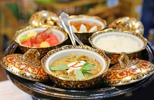Tigela de estilo tailandês tradicional com comida