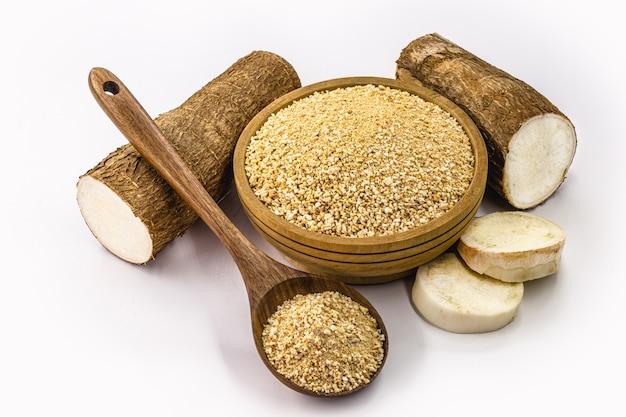 Tigela de farinha de mandioca torrada em fundo branco isolado, farinha orgânica alternativa