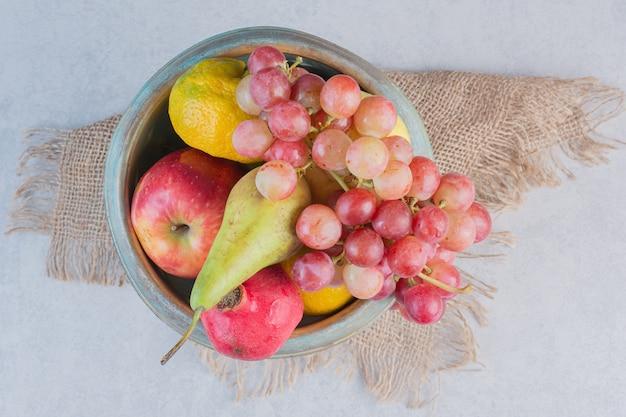 Tigela de ferro cheia de frutas orgânicas frescas.