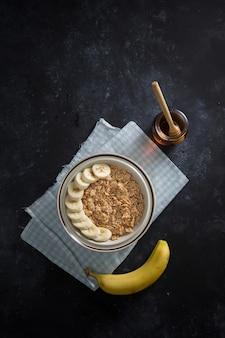 Tigela de flocos de milho com banana e mel