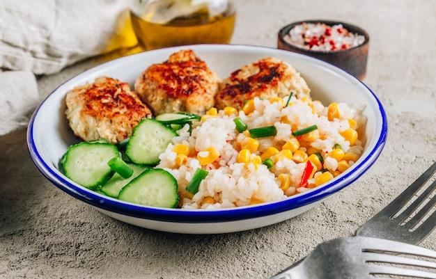 Tigela de frango caseiro com arroz, milho e pepino