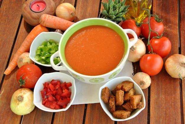 Tigela de gaspacho com tomate, azeite e legumes diversos