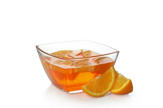 Tigela de geleia de laranja isolada na parede branca
