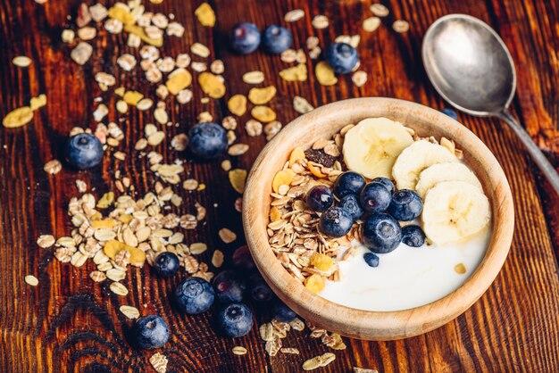 Tigela de granola, banana, mirtilo e iogurte grego