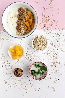 Tigela de granola caseira com iogurte e cereais