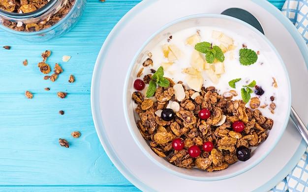 Tigela de granola caseira com iogurte e frutas frescas