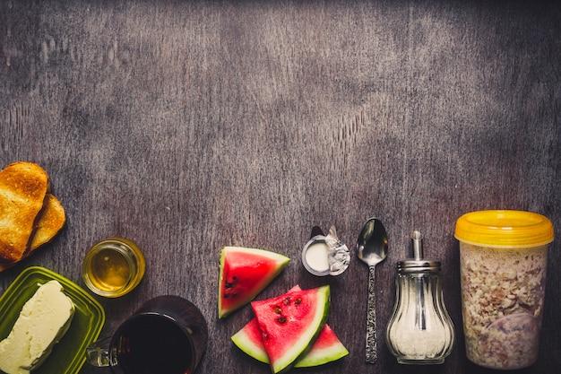 Tigela de granola de aveia, frutas frescas e mel vista superior