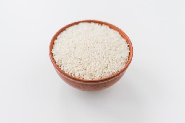 Tigela de grão de arroz branco sobre fundo branco