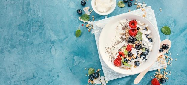 Tigela de iogurte com frutas frescas