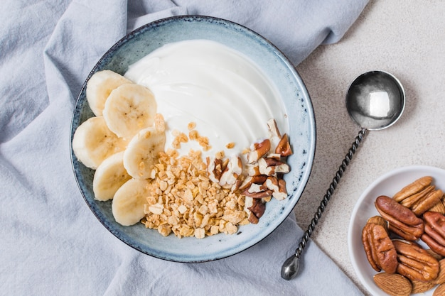 Tigela de iogurte de close-up com frutas e aveia
