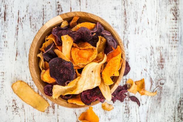 Tigela de lanche saudável de batatas fritas vegetais, batatas fritas