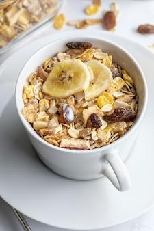 Tigela de leite com grãos inteiros no café da manhã