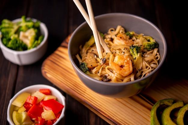 Tigela de macarrão com camarão e outros legumes