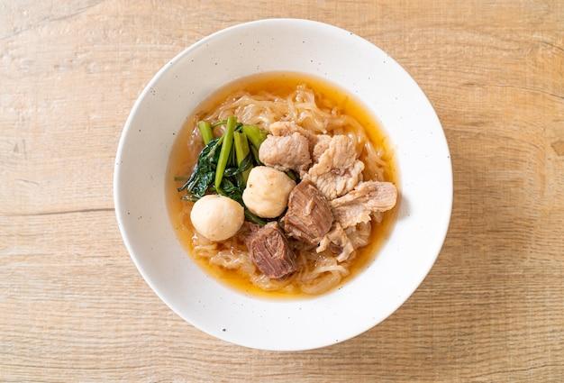 Tigela de macarrão com carne de porco assada