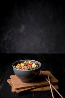 Tigela de macarrão com legumes e espaço para texto