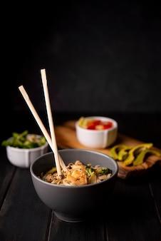Tigela de macarrão com pauzinhos e camarão