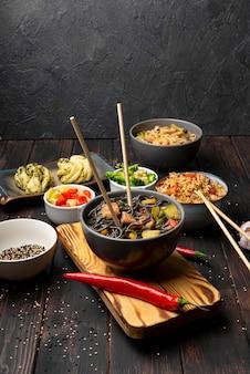 Tigela de macarrão com pimenta e gergelim