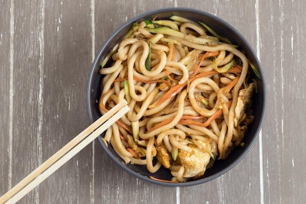 Tigela de macarrão estilo udon