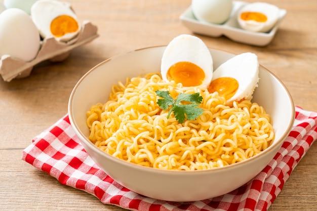 Tigela de macarrão instantâneo com ovo salgado
