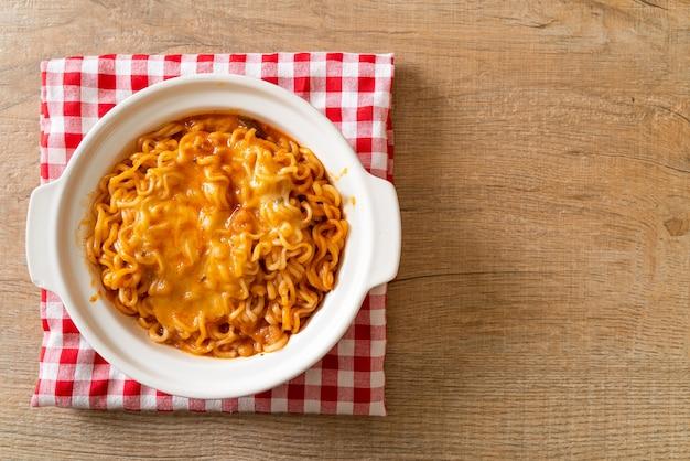 Tigela de macarrão instantâneo picante com queijo mussarela